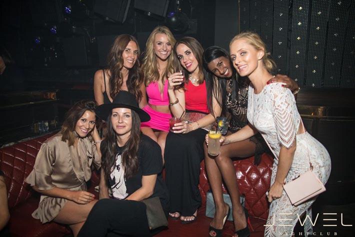 Dames attirantes à une table de promoteur au Jewel Nightclub.