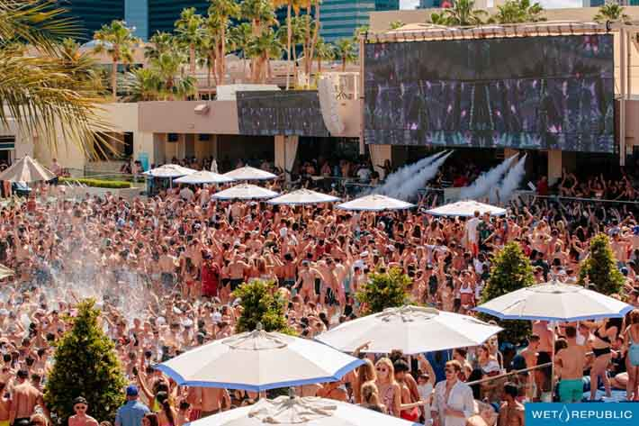 A huge crowd gathers to see Calvin Harris at Wet Republic Las Vegas
